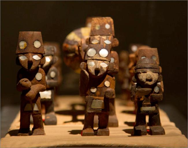 Objet chimú, statuettes en procession portant une calebasse géante. © Christine Drouin