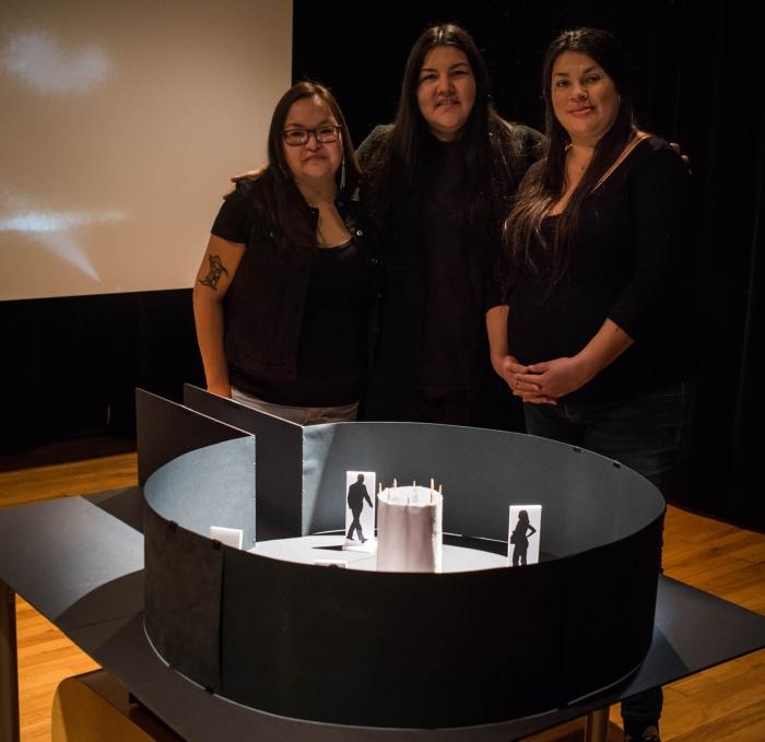 Eruoma Awashish, Jani Bellefleur-Kaltush et Meky Ottawa, Prototype Vue de l'installation présentée à OBORO, 10 novembre 2016 Présentes sur la photo, de gauche à droite : Meky Ottawa, Jani Bellefleur-Kaltush et Eruoma Awashish © Denis McCready